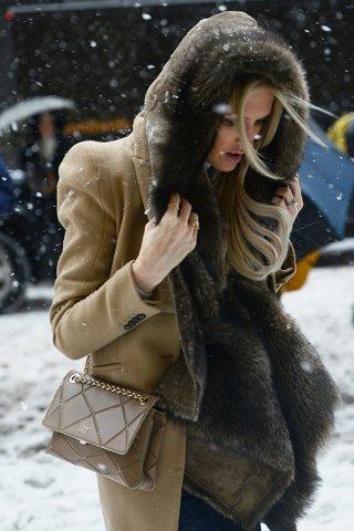 冷风飕飕吹!该如何轻松穿出雪中抗寒的有型穿搭