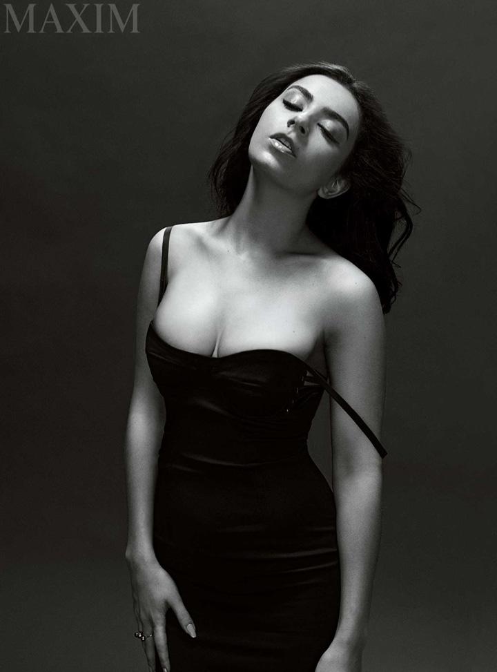 歌手Charli XCX 登封面秀性感一面