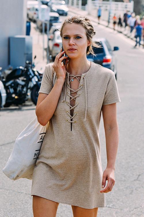 今夏流行:为上衣系上带几分性感的绳结