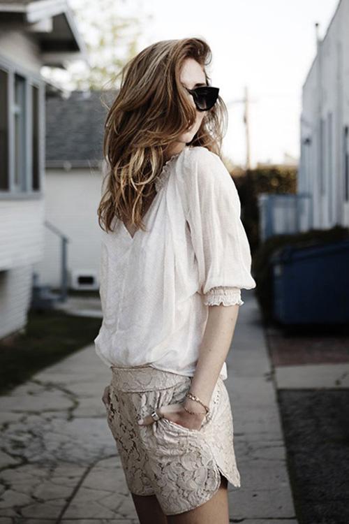 街拍潮流:蕾丝短裤的时尚穿搭法则
