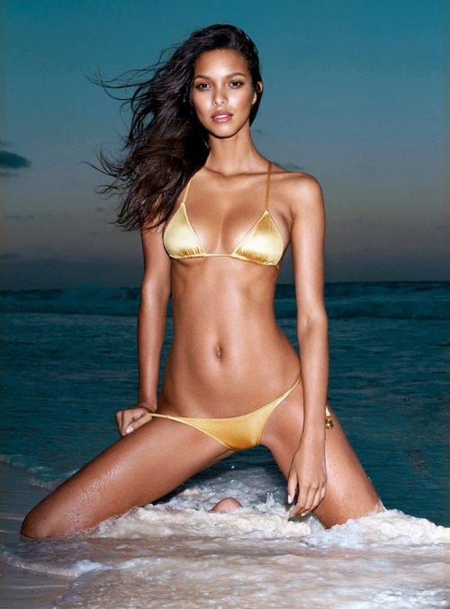《GQ》杂志巴西版 维密天使超模Lais Ribeiro 性感泳装大片