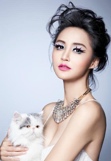 张歆艺时尚猫眼妆容图片 成功演变圣诞喵女