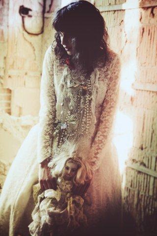 废墟中的美女时尚摄影