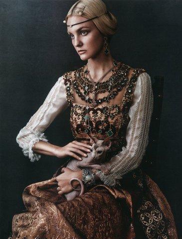 超模Caroline Trentini演绎《Vogue》时尚杂志大片 犹如经典名画