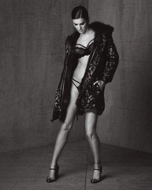 超模Isabeli Fontana 演绎《Made to Live》杂志时尚大片