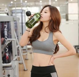 柠檬蜂蜜水什么时候喝最好 把握喝柠檬蜂蜜水美颜瘦身的最佳时间