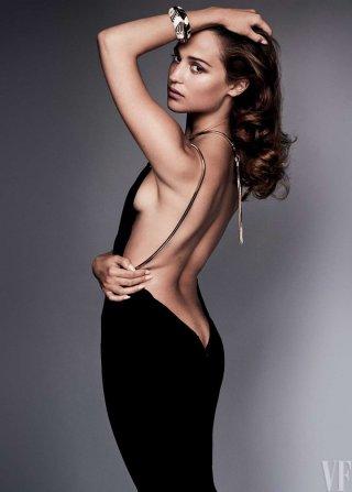 女星Alicia Vikander演绎《Vanity Fair》时尚杂志大片