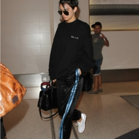Kendall jenner最新街拍 卫衣搭配校服裤帅到飞起