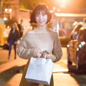 IU李智恩最新街拍 初秋少女装扮清新脱俗