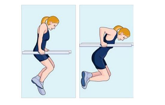 锻炼胸肌的器材之瑜伽垫 瑜伽垫是锻炼胸肌最基本的健身工具,在瑜伽垫上能进行俯卧撑的各种练法,像扩胸式俯卧撑、夹肩式俯卧撑、铁牛耕地式俯卧撑等,都能很好的锻炼到胸肌。 1、扩胸式俯卧撑:双手的手掌作为支撑点,双臂张开,与肩同宽,或比肩更宽,背部、腰部和臀部呈一条直线,肘部用力,屈臂运动即可。此方式主要锻炼的是胸肌、上臂的肱三头肌以及腹部肌肉。 2、夹肩式俯卧撑:动作与上同,只是双手间距较窄,并以双拳作为支撑点,拳眼向前。这种方式锻炼的是臂力,而且能增加手腕的力量和拳的硬度。练习时应注意,所选的支撑地面可以