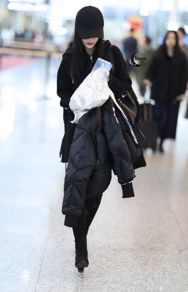 李小璐最新机场街拍-李小璐最新街拍 羽绒服 长靴又帅又美图片