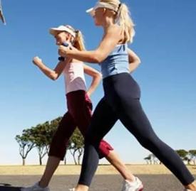 走路久了腰疼是怎么回事 倒着走路竟对腰椎有保健作用