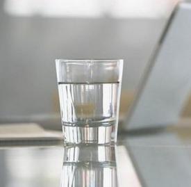 拉肚子喝盐水有用吗 盐水防腹泻脱水但并不能止泻