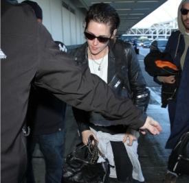 Kristen Stewart机场私服  机车皮衣+白T帅一脸