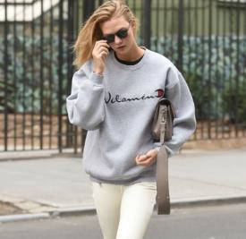 超模Karlie Kloss最新私服 卫衣+短靴减龄又时髦
