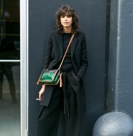 黑色外套搭什么颜色的打底衫  各种风格随意切换