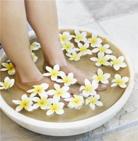 甲沟炎可以泡脚吗 初期可用盐水泡脚