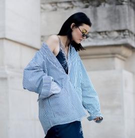 蓝白条纹衬衫搭配裤子 美出夏日新境界