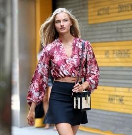 超模  Isabel Scholten 印花衬衫搭配短裙 大长腿惊艳纽约街头