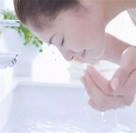 冷水洗脸好还是热水洗脸好 洗脸最适宜的水温是多少
