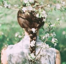 侧马尾辫的扎发图解 侧着扎头让你成为时尚宠儿