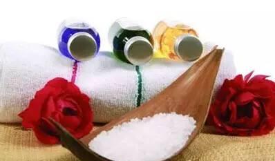 食盐祛斑法 要知道食盐的美容功效不止这一个
