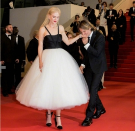 Nicole Kidman身着Calvin Klein白色纱裙亮相首映红毯