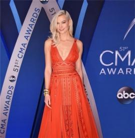 Karlie Kloss 出席CMA 颁奖典礼  橙色连衣裙深V大秀好身材