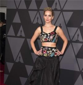 Jennifer Lawrence黑色绣花裙出席颁奖典礼  造型高冷却逗趣十足