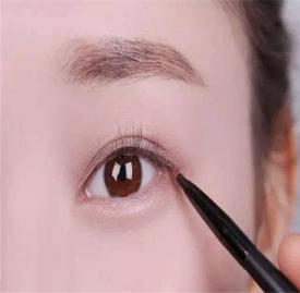 内眼线怎么画 教你几个步骤快速画好内眼线