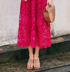 红色蕾丝连衣裙如何搭配 搭配这些鞋子让你充满女人味