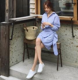 蓝色条纹连衣裙如何搭配 蓝色条纹连衣裙怎么搭配
