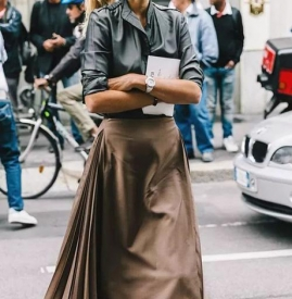 卡其色百褶裙怎么搭配 卡其色百褶裙搭配