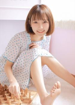 短发美女白皙清纯居家写真图片