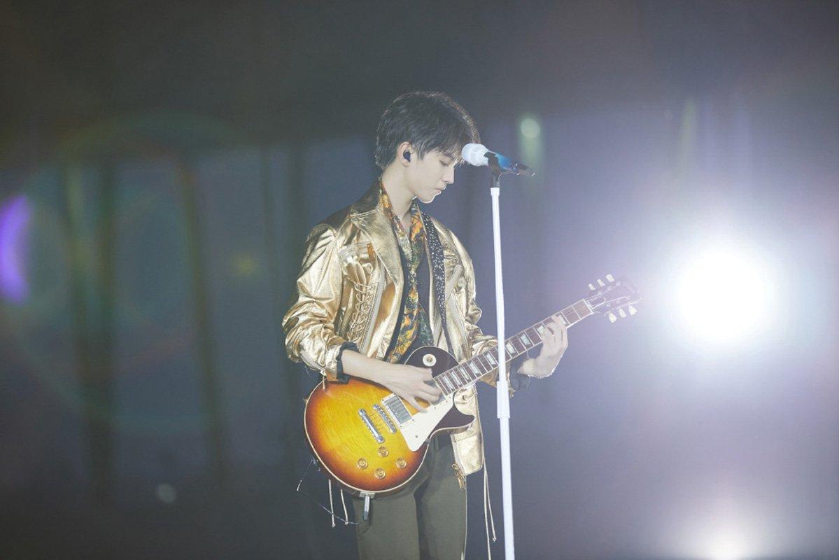王俊凯六周年演唱会帅气图片